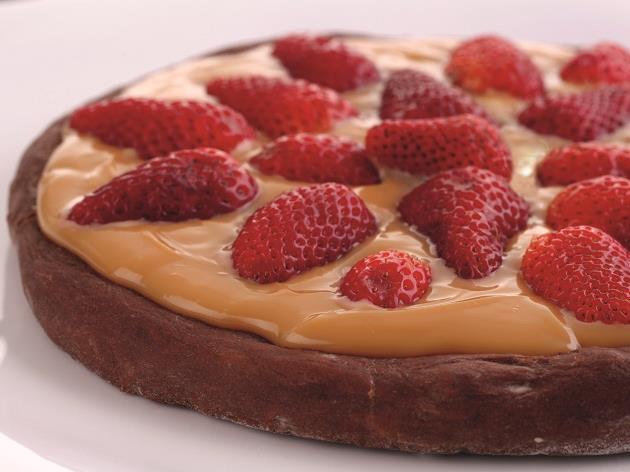 Pizza de chocolate com doce de leite e morango