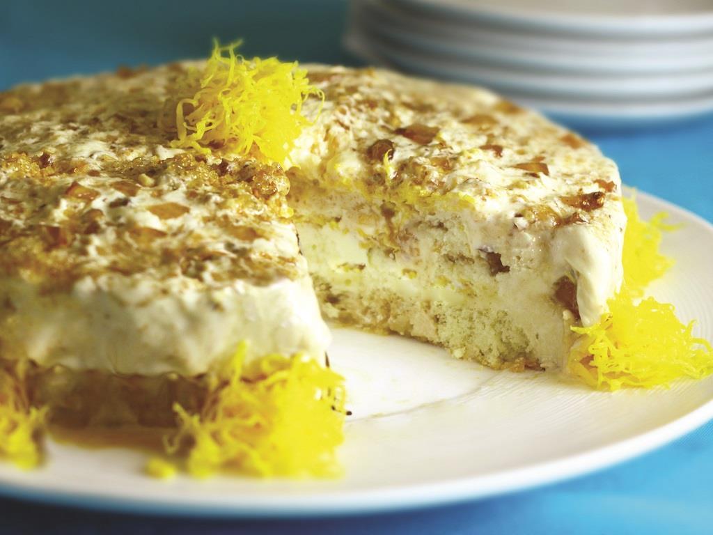 Torta-sorvete de baunilha, crocante e fios de ovos